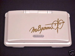 Topic de Collectionneurs Nintendo-ds-pure-white-signed-by-shigeru-miyamoto-thumb